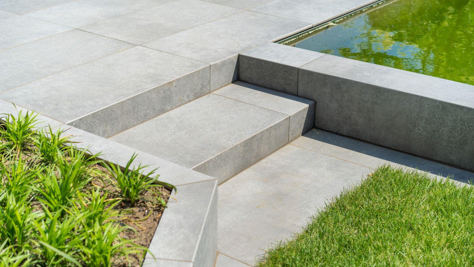 1.7 Lebendiges Grün und elegantes Grau - Designgarten mit Pool in Rhede