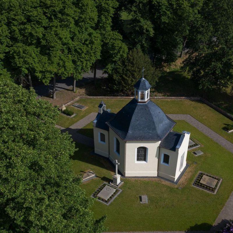 4.1 Den besonderen Ort diskret umgebend - Gartenalage der Gruftkapelle in Anholt